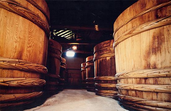 仕込んだみそを熟成させる木桶は100年余り使用の年季もの。