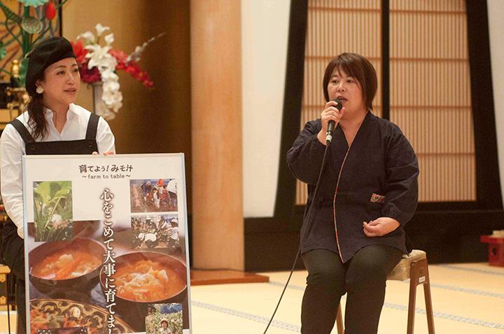 みそフェスタ2017in善光寺の主要会場は、信州善光寺本坊大勧進の「紫雲閣」。飯島さん(右)と小山さん(左)お二人の熱いディスカッションが行われました。