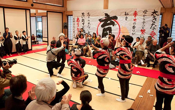 「みそフェスタ2017 in善光寺」での食育劇団えぇ~っこの公演。飯島さんは座長兼女優として、みそが暮らしを支えてきた長野の食文化を伝えるべく大奮闘。