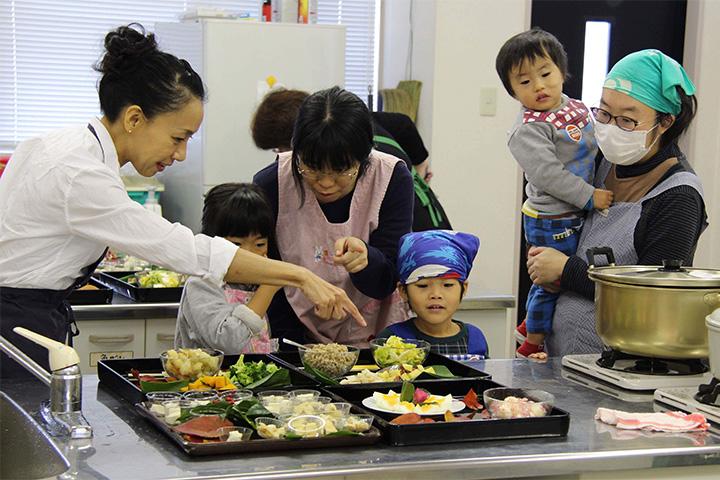 みそフェスタに参加した直後に香川県観音寺市で開催した「親子で楽しむお味噌汁ワークショップ」。大人も子どもも「my みそ汁」を仕立てるのは本当に楽しそう。
