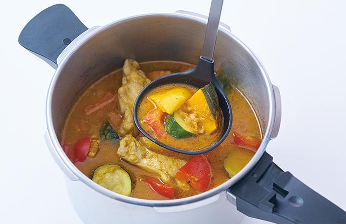 三層構造の鍋底による保温性と圧力で、さっと 骨付き肉や野菜がおいしく!