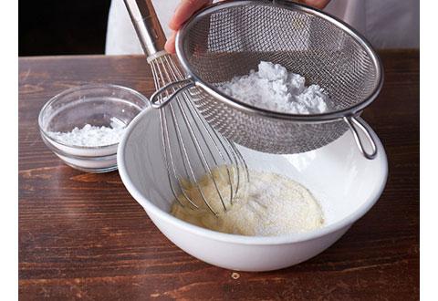 砂糖は2~3回に分けて入れ、よくすり混ぜて