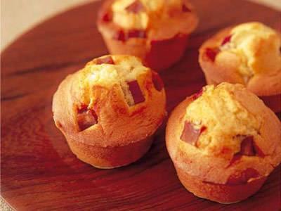 伊藤 栄里子 さんの「カラメル風味のさつまいもマフィン」。カラメルで煮たさつまいもはコクがあり、おやつにも朝ごはんにもおすすめです。 NHK「きょうの料理」で放送