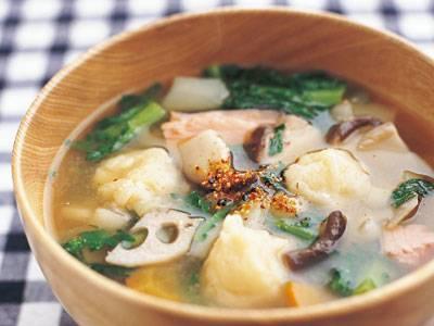 牧野 直子 さんの「根菜すいとん椀」。根菜はかみごたえがあり、満腹感を高めます。根菜ときのこはおなかをきれいにする食物繊維を豊富に含んでいます。