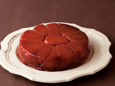 伊藤 栄里子 さんの「タルトタタン」。フランスのお菓子です。甘酸っぱく煮えたりんごの上にパイ生地をのせて焼き、お皿の上にひっくり返していただきます。