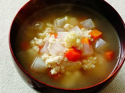 火の通りにくいにんじんは、大根より小さめに切るのがポイントです。豆腐をよく炒めて水けをとばすと、だしがよくしみ込んでおいしいです。