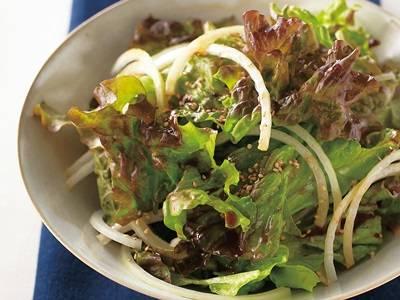 サラダで彩る 夏レシピサニーレタスとたまねぎのサラダ